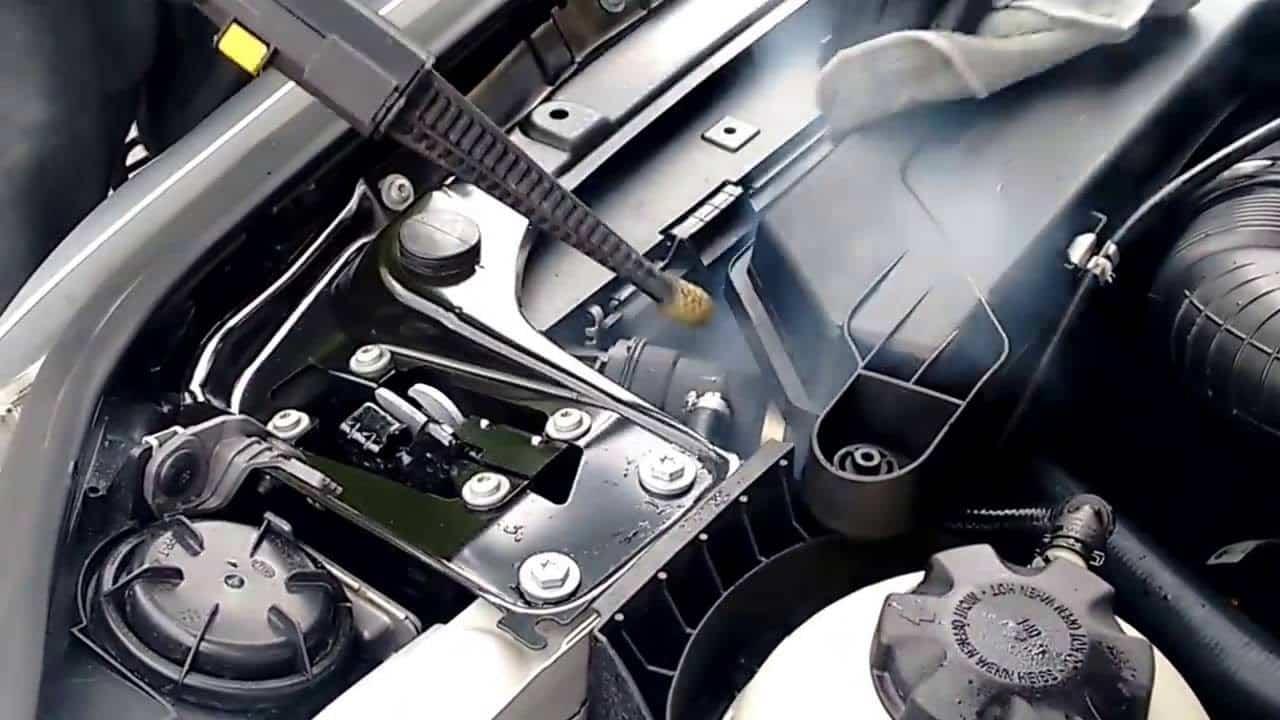 ¿Es bueno limpiar el motor de un coche?